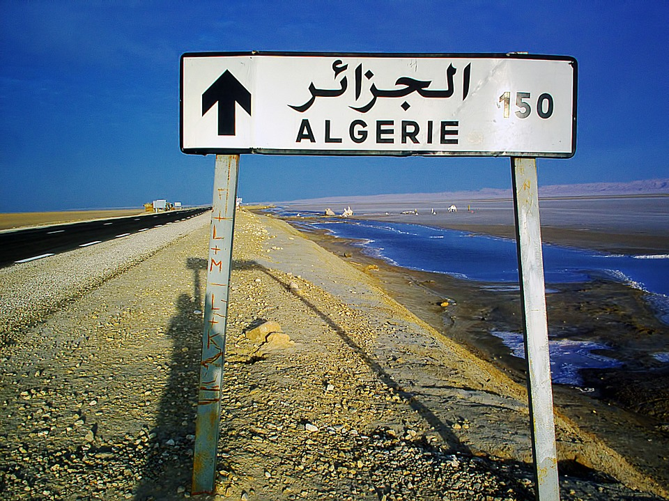 https://pixabay.com/fr/photos/poteau-algérie-150-km-route-250808/